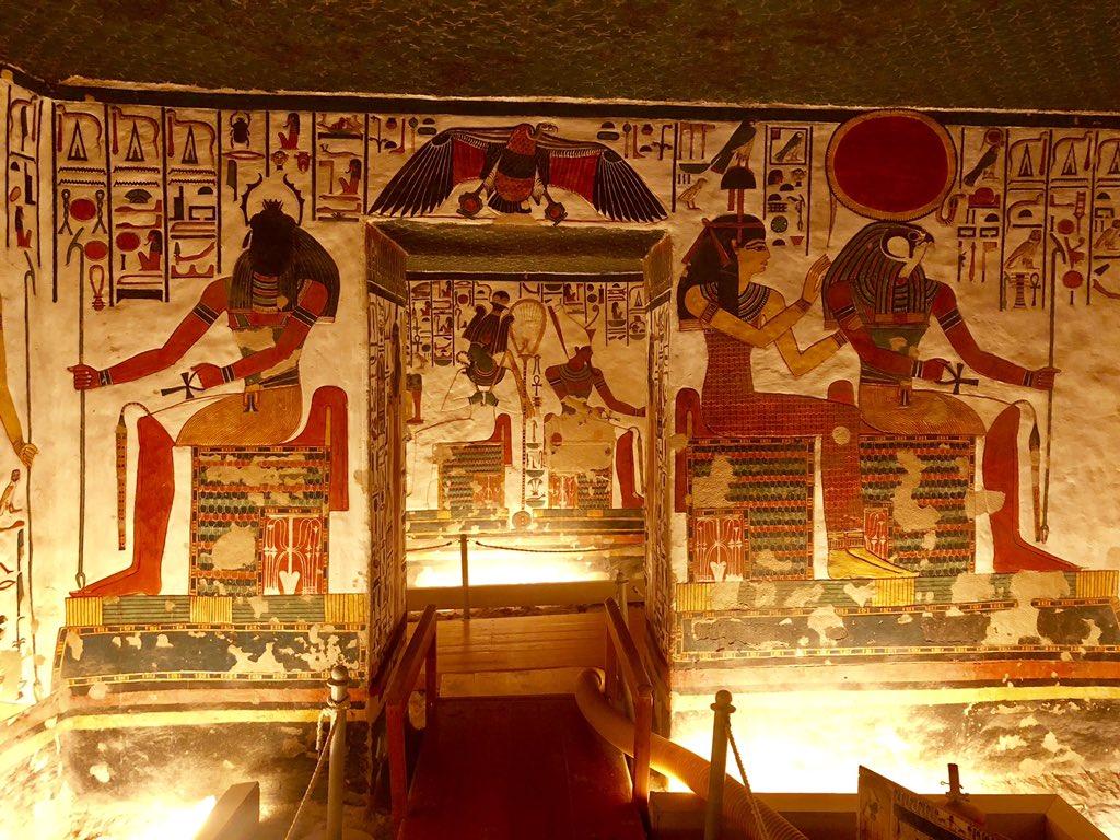 #司旅行記エジプトの王妃の墓にある、「美女の中の美女」の名前を持つネフェルティティ王妃の墓。なんと今シーズン、今まで撮影禁止だったこのお墓が試験的にスマフォで撮影可能に!3300年前のお墓なのにこの美しさ…!