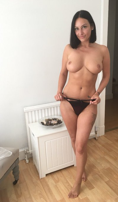 #Tittytuesday reminder of how I looked topless with my short hair 😜 https://t.co/PHc73EobDc