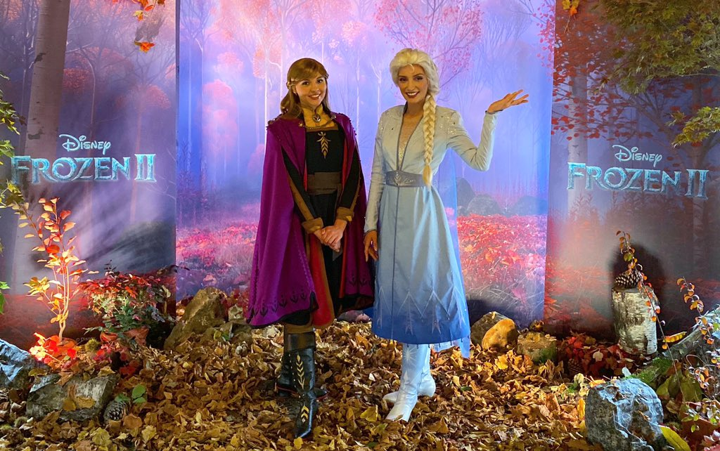 BREAKING NEWS   For the first time at the #DisneyParks , Anna & Elsa debut their new #Frozen2 looks at #DisneylandParis    See them daily starting January — May 2020 here at Disneyland Paris <br>http://pic.twitter.com/YrPkWmMWF5