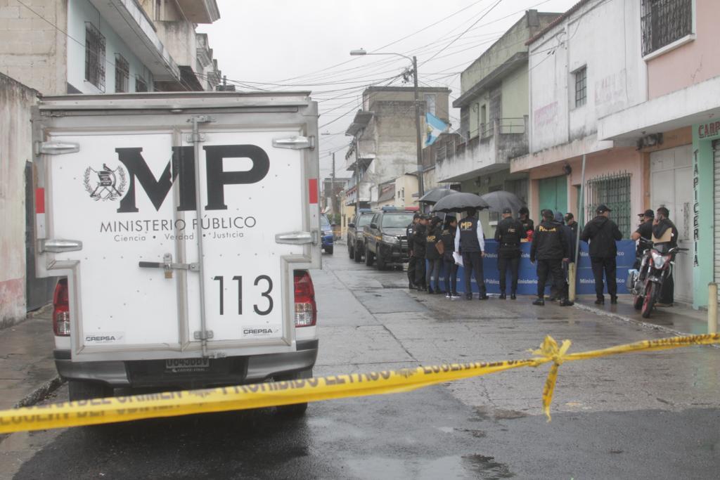 test Twitter Media - El MP trabaja en una de las escenas donde murió una persona violentamente en la colonia Santa Ana zona 5. Esta mañana mataron a tres personas en la zonas 9, 5 y Villla Nueva. También se reportan heridos en los diferentes hechos. https://t.co/AvJFecF3D5