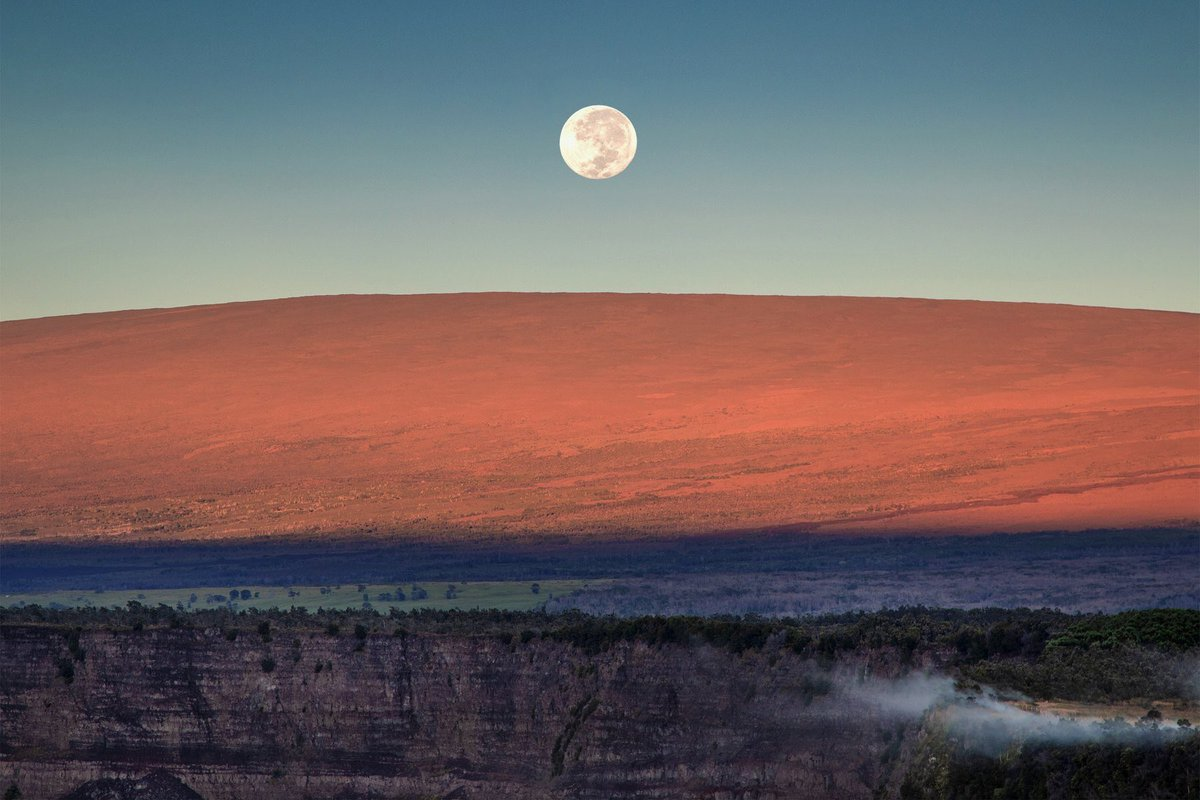 Yesterday morning's moonset over Mauna Loa, in case you missed it.  NPS Photo/Janice Wei  #fullmoon #Huntersmoon #FindYourPark<br>http://pic.twitter.com/hOt1kLDIqF