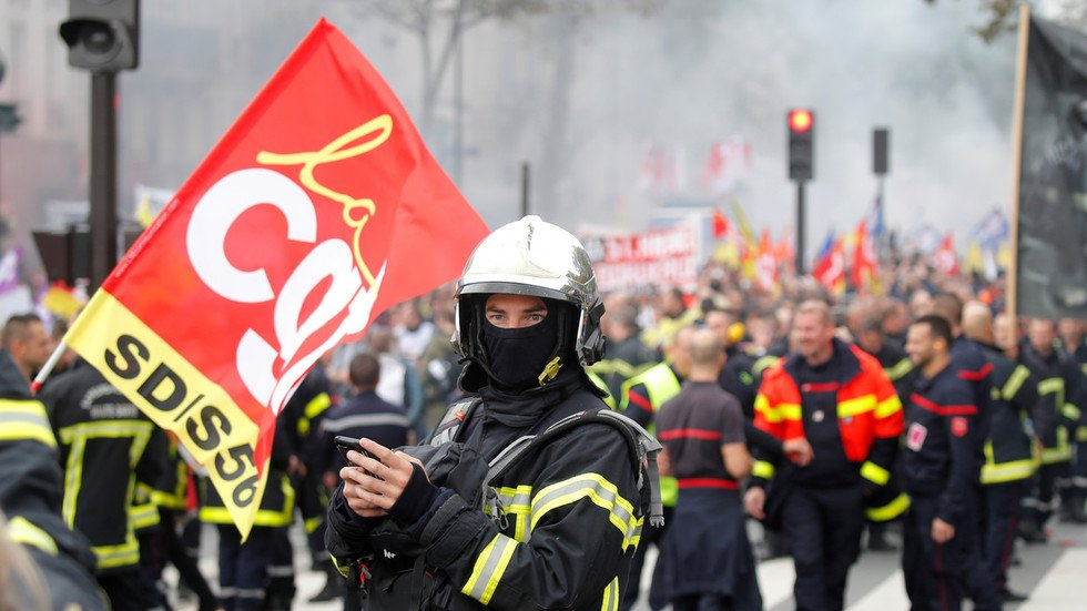 Riot police blast firefighters with water cannons during Paris protests   https:// on.rt.com/a3ey     <br>http://pic.twitter.com/j798L2ImMw