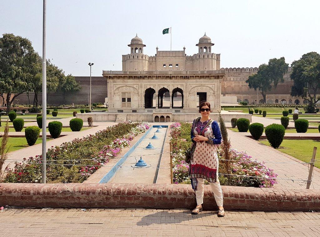Not quite rocking it like Kate but giving the Shalwar Kameez a good go 😉 #pakistan   @SaffinaEllahi1