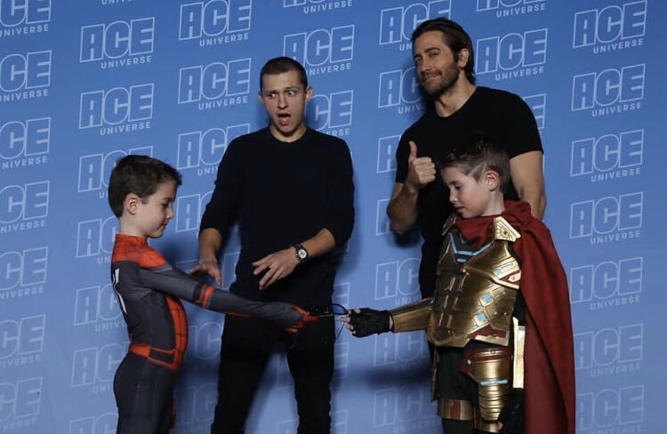 Someone sent me this pic from a recent comic con and it had to be shared. Love #JakeGyllenhaal and @TomHolland1996's reactions to what the kids are doing.   #SpiderManFarFromHome <br>http://pic.twitter.com/yZorUwlEOP