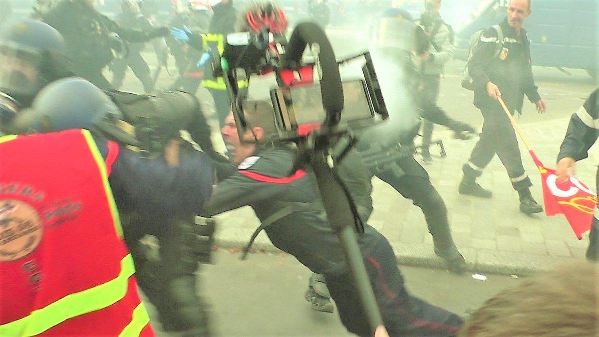 """#RadioLondres #LesJoursHeureux #CNR #NosJoursHeureux  🎖 #France #ViolencesPolicieres #ViolencesPolicières #PoliceBrutality 😠  En ce moment sur """"Radio Londres 2.0"""" :  📻 HORS-ZONE Press - Violente confrontation entre pompiers et gendarmes place(...)"""