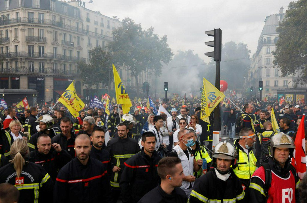 French police teargas protesting firefighters in Paris  https:// reut.rs/2qjeAcT     <br>http://pic.twitter.com/enyUWwpT0z