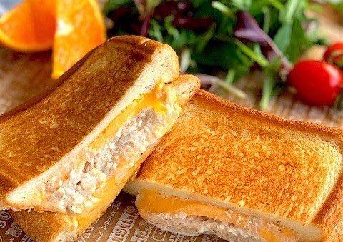 /深まる秋のごはんにいかが?ツナメルト🍞🧀🐟✨\ㅤ秋になると、あたたかいものが食べたくなりませんか?「ツナメルト」とは、ツナとチーズをはさんだお料理で、フライパンで簡単に作れるんですよ☺️✨✨ㅤフライパンで簡単!チーズとろ〜り「ツナメルト」味バリエ