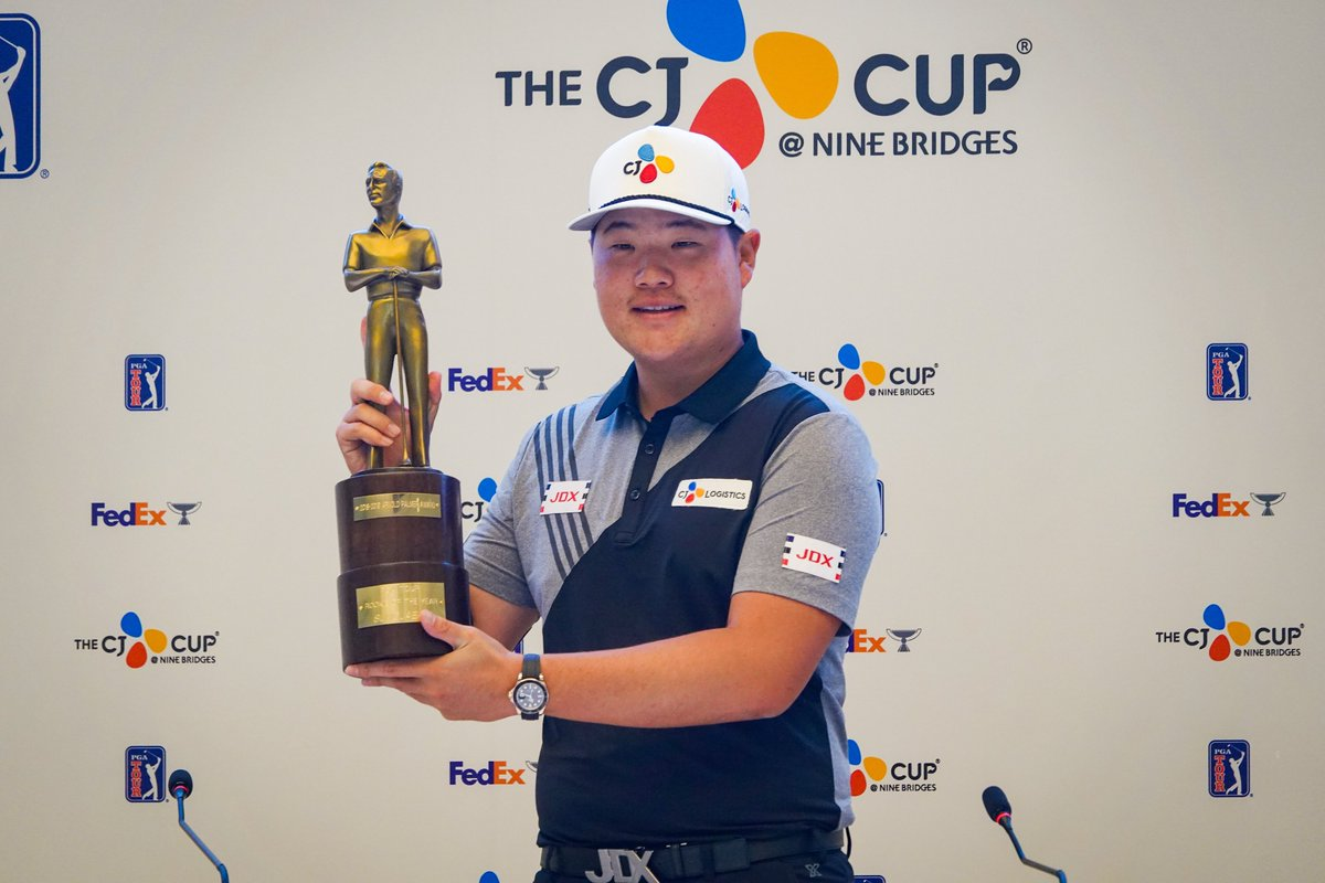 Sungjae Im, meet the Arnold Palmer Award. 🏆 The 2019 PGA TOUR Rookie of the Year received his trophy at THE CJ CUP this morning with family in attendance.