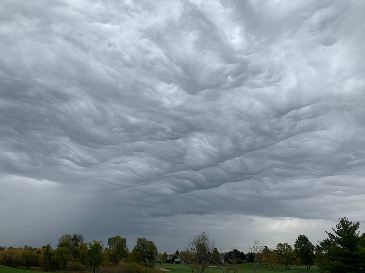 An even better shot of the clouds today-- I can't get over the undulations. I love shots that remind us of the fluidity of the atmosphere.    Aaron Hargett #stormhour <br>http://pic.twitter.com/QLVhCk8iVe