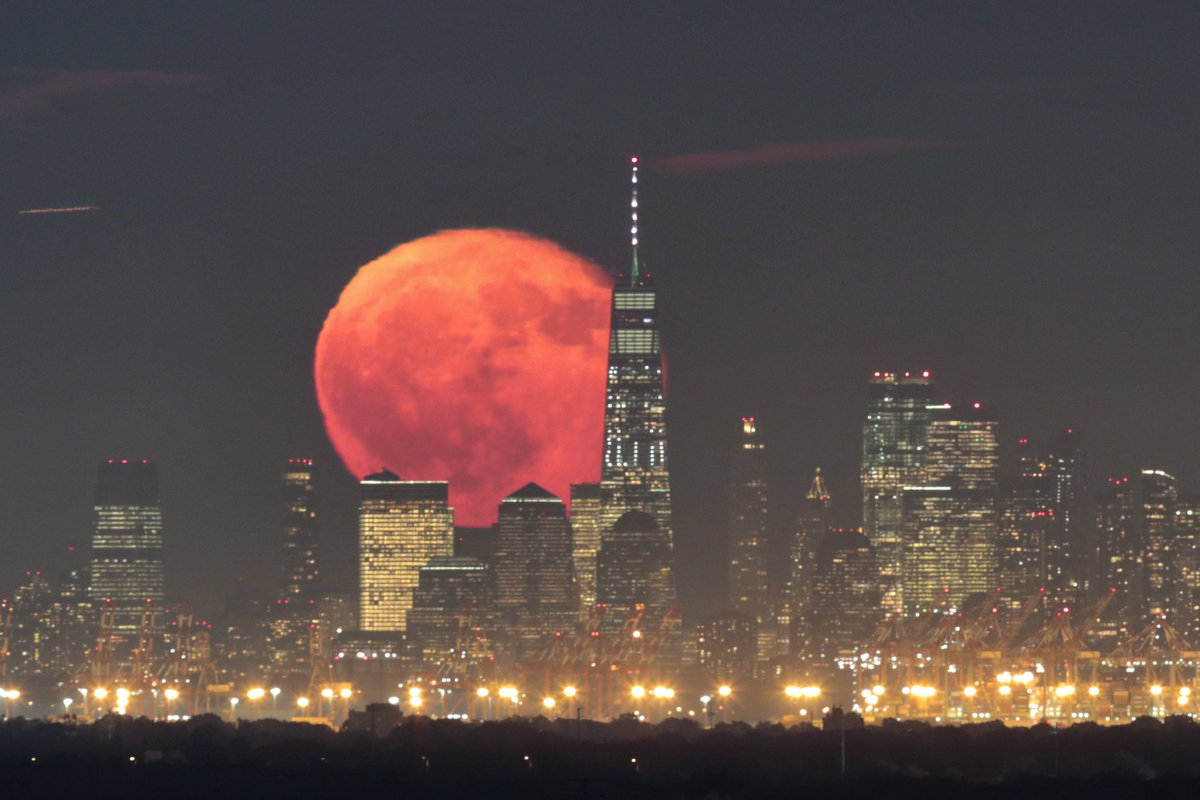 Tuesday night moonrise behind lower Manhattan in New York City #newyork #newyorkcity #nyc @OneWTC #moon @OneWorldNYC @agreatbigcity #nightsky