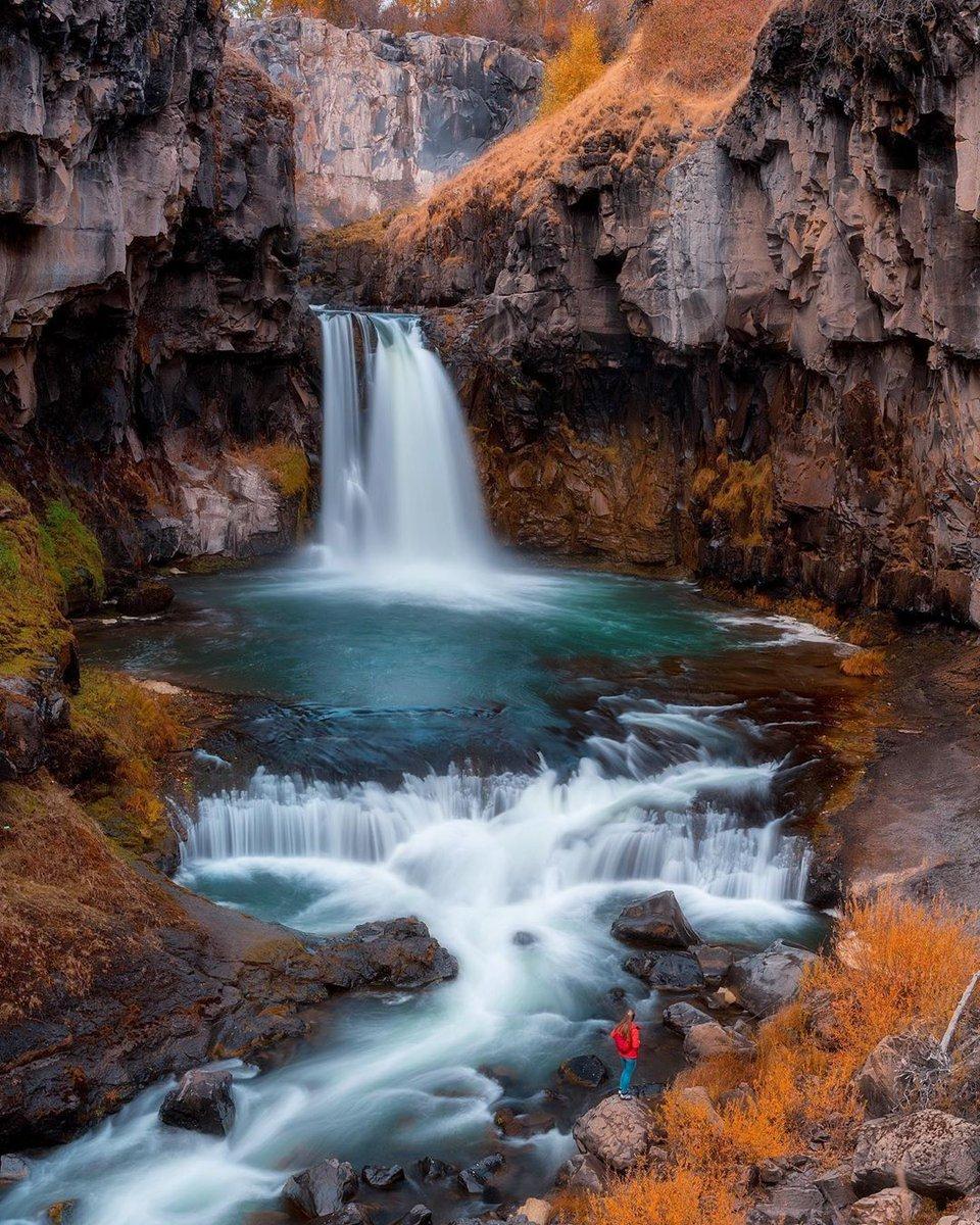 Apparently Utah skipped fall and sent it straight to Oregon.🍁 📷: @neilbennett3 . . . . . . . #campman #livebeyondthebeatenpath #picoftheday #getoutstayout #mountainpeopleunite #mthoodnationalforest #multnomahfalls #pnw #pnwonderland #oregon