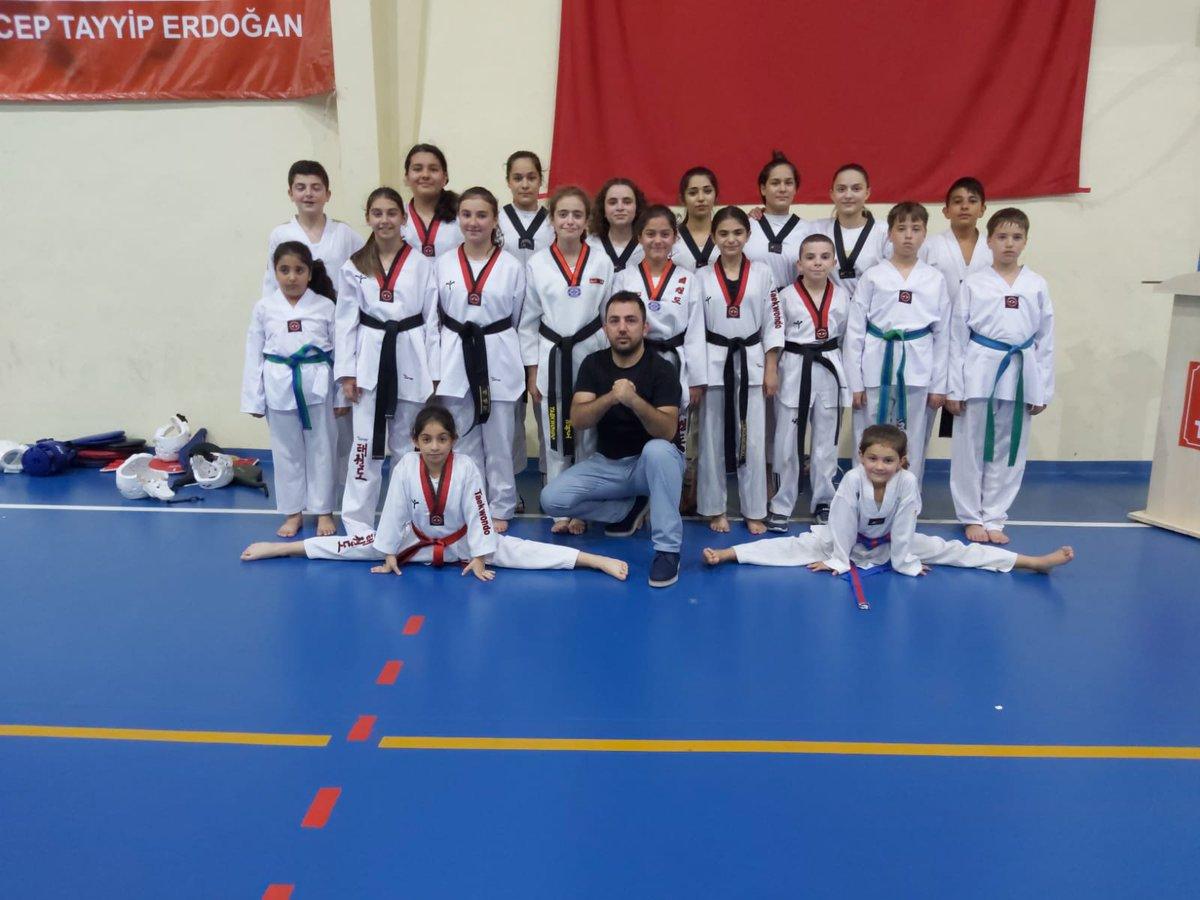 Silivri Lider Taekwondo Kulübü 2019 yılının son kuşak sınavını antrenman yaptıkları Silivri Kapalı Spor Salonunda çok sayıda sporcu velileri ve misafirlerin katılımıyla yaptılar. #SilivriTV #Silivri #SilivriHaber #SilivriTelevizyonu #SilivriYerel #Taekwondo #LiderTaekwondo