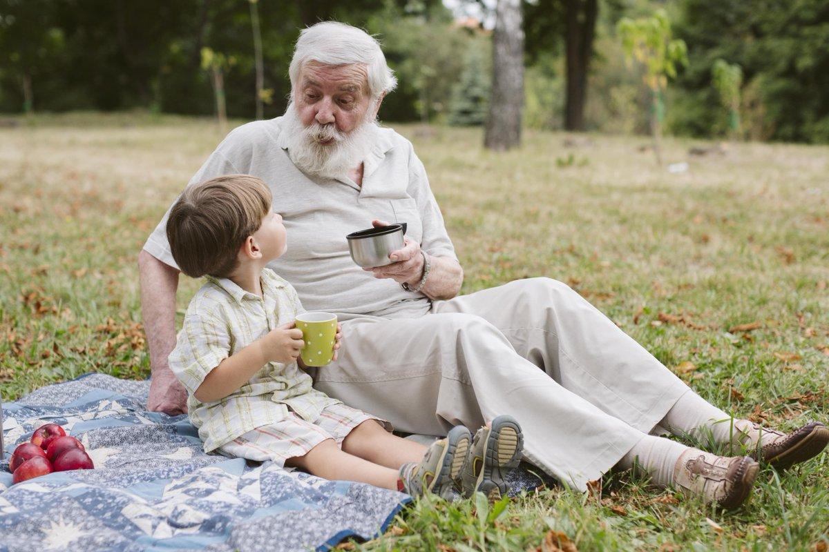 Дедушка играет с внуком картинка