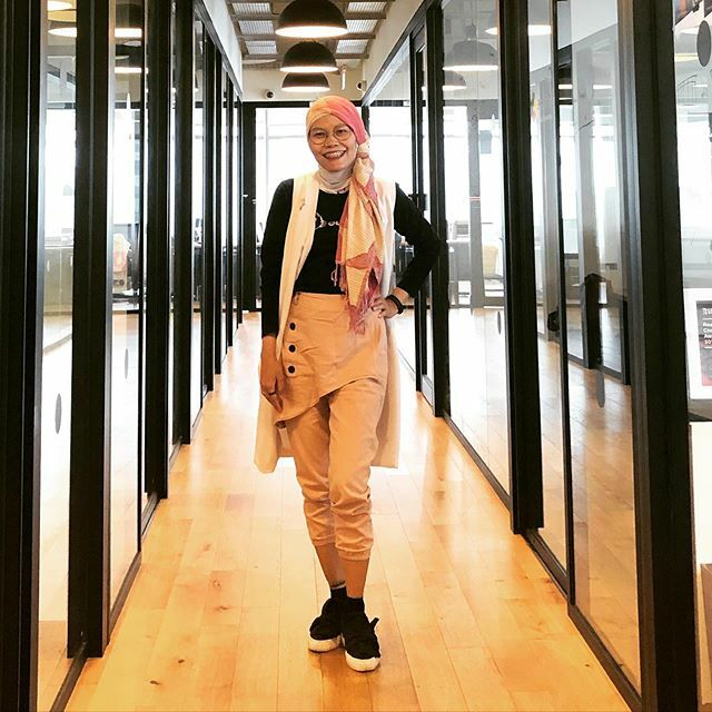 Mirror mirror as the wall Who's the prettiest in the mall . . Scarf from @lindaleenk  Pants by @dianbusana  White vest from @chikanadya  Shoes found at @carousell.id . . #clozetteid #ootd #hotd #fashionable #fashionaddict #fashionfriday #fashionableme #f… https://ift.tt/2AJowOKpic.twitter.com/RJRYJRgz2F