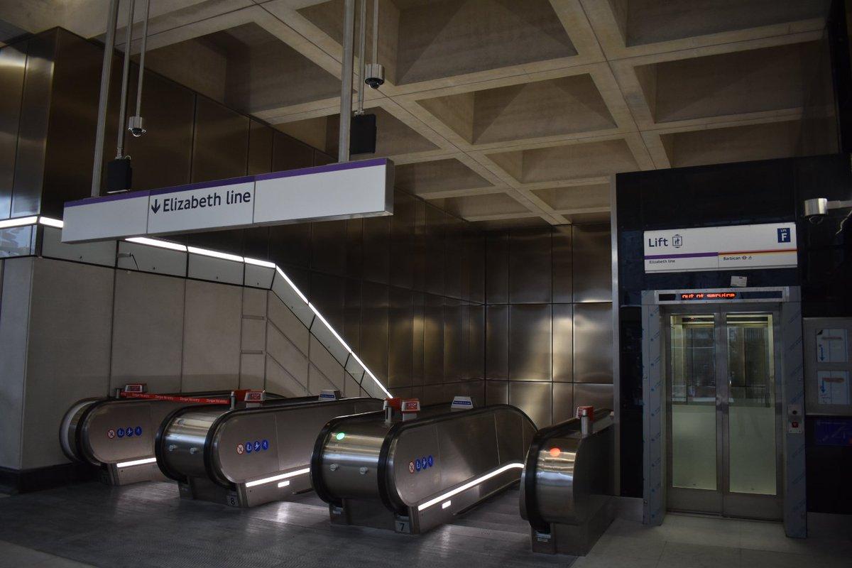 EGCozKtWkAY1Ltg - Crossrail's inconsistent signage