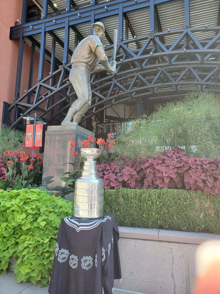 Stan meet Stan! The #StanleyCup gets a chance to visit the statue of Stan the Man Musial. @Cardinals @StLouisBlues @HockeyHallFame @NHL