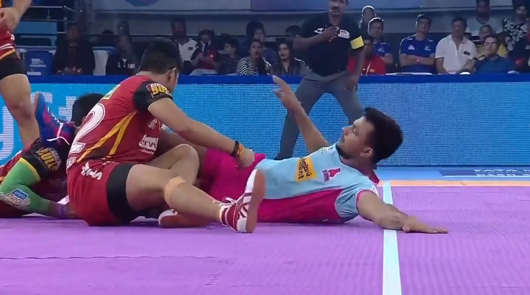 Apparently if you're a Narwal, the dubki skill just comes to you naturally.  Deepak Narwal's sensational dubki in #JAIvBLR was our moment of the day!  ⚔️ : #VIVOProKabaddi ⌚ : Every day, 7 PM onwards 📺 : Star Sports and Hotstar!  #IsseToughKuchNahi