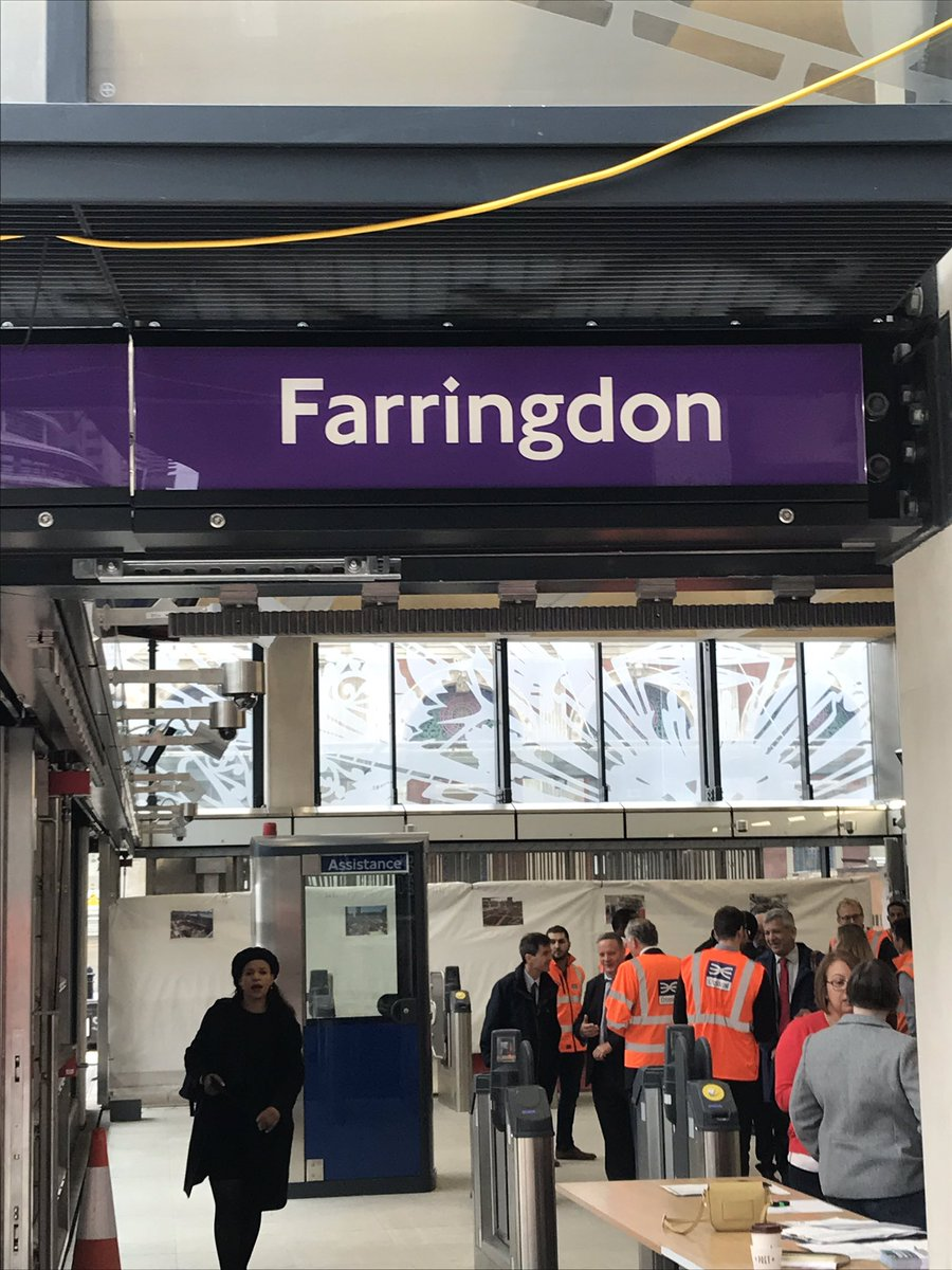 EGDi0uTW4AEjyGp - Crossrail's inconsistent signage