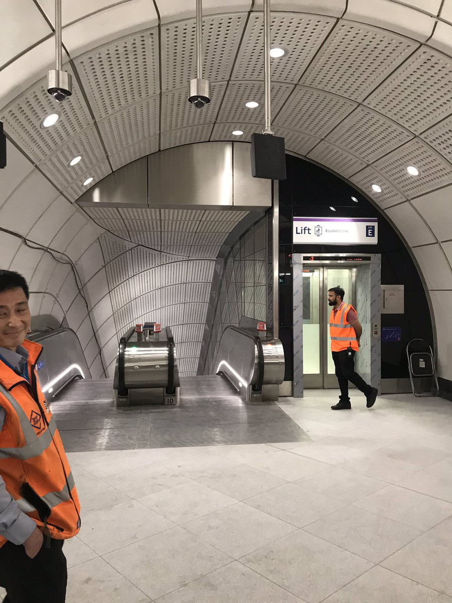 EGDi3HLXYAAX8Av - Crossrail's inconsistent signage