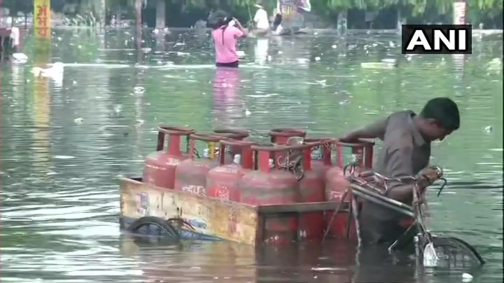 #BiharFloods: Roads flooded in Patna following incessant rainfall in the city <br>http://pic.twitter.com/s4uiq50DBv