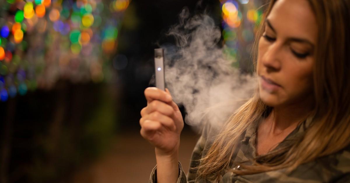 Por Dentro   Salud: Vapear tiene los mismos efectos que el cigarrillo tradicional y otros más bit.ly/2pJPBPr