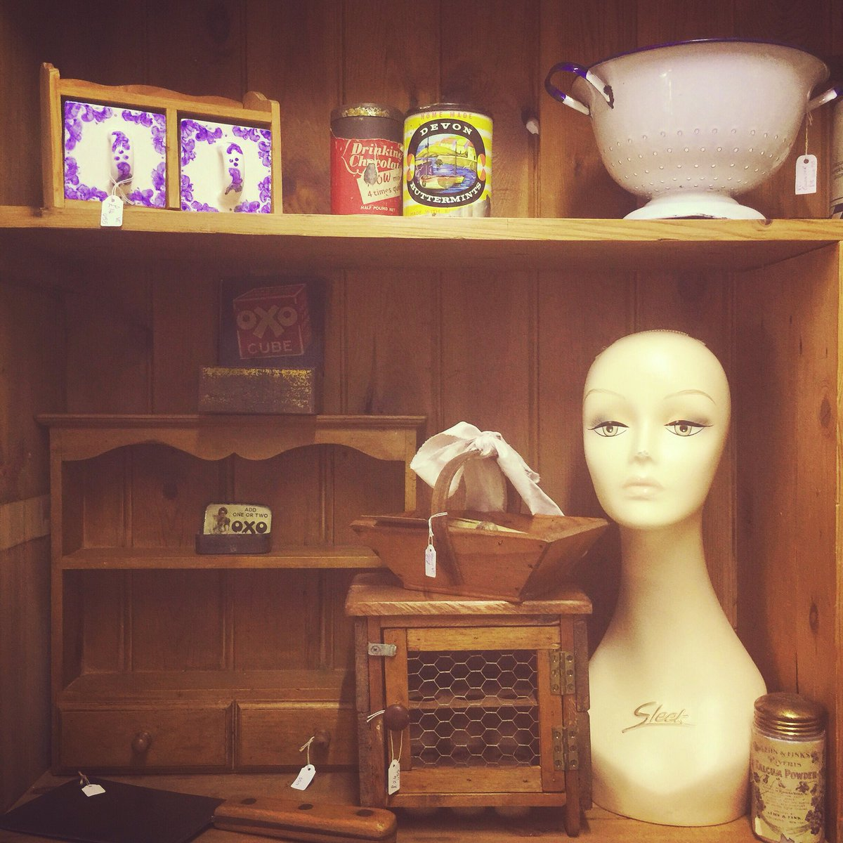 Good morning! What a lousy weather day! We are open until 5pm with so much to see you will need a refreshment break in our Decodence cafe 😉 #comesayhello #antiqueshunting #sunday #astraantiquescentre #hemswell #lincolnshire #vintage #countrykitchen #oldpine #shopdisplay https://t.co/B7oZvVtAoi