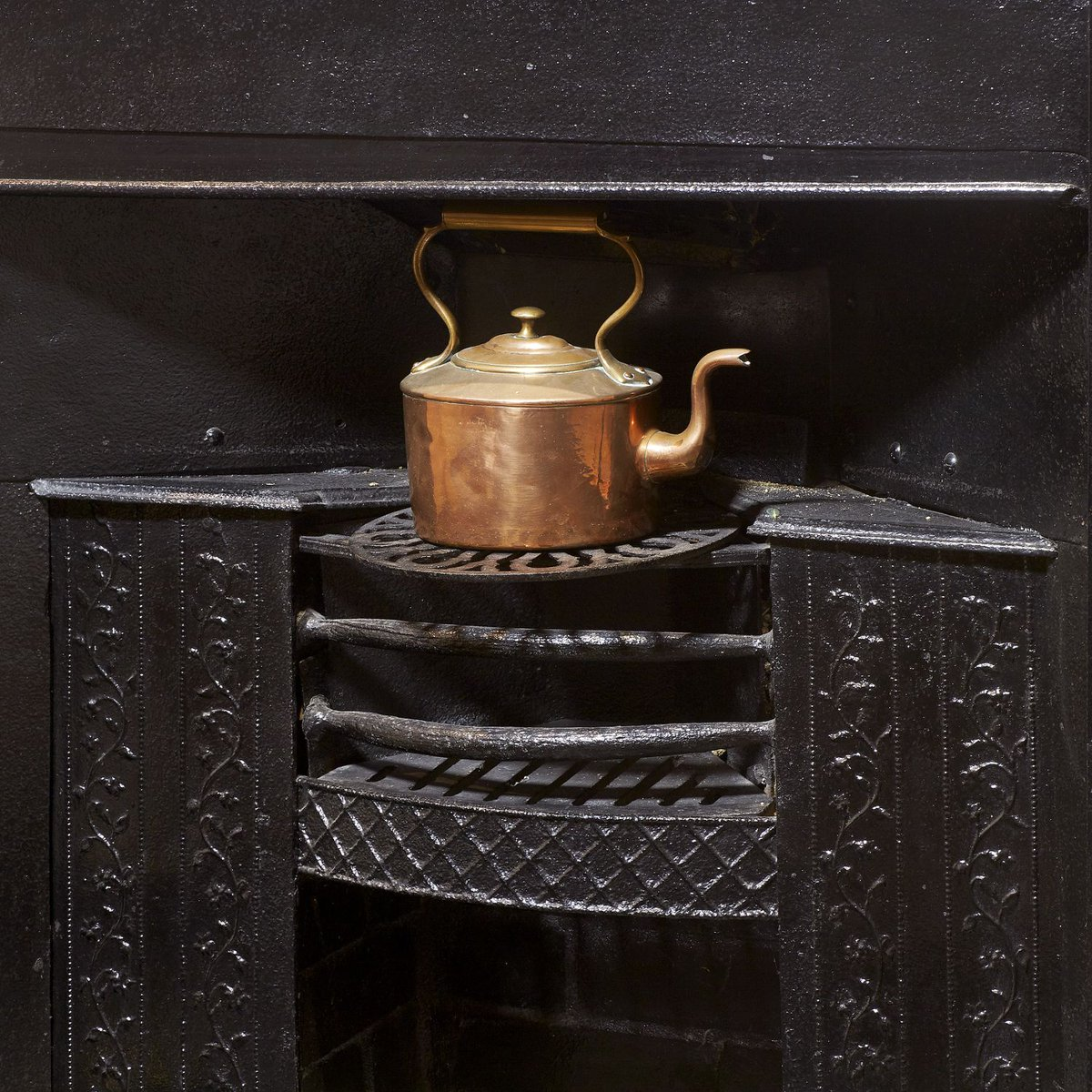 A new object has been added to our Treasures from the Collection pages. Read on to discover the extraordinary story behind the unassuming cast iron grate in the Dining Room fireplace here at Jane Austens House: buff.ly/330If8F #AustenTreasures