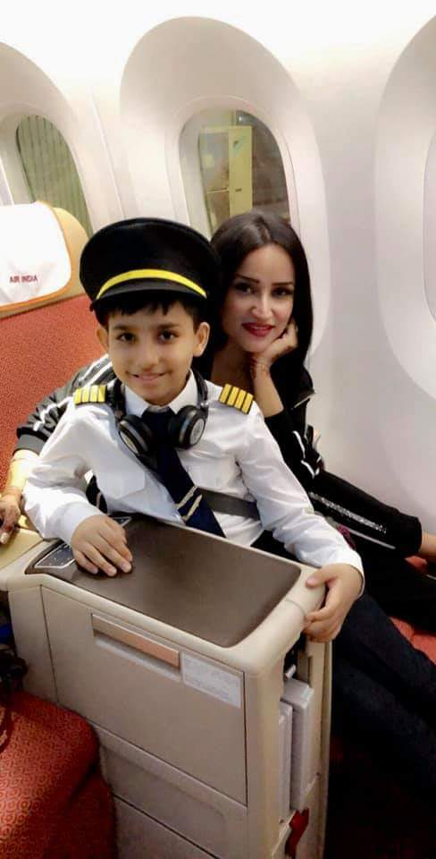 Meet @djakankshapopli..One of the sweetest person I met on flight AI380 @airindiain on my way to Singapore..She gave me her own seat 1A as I always wanted to get that seat and she moved to 1B , that was so so nice of her..we became good friends..loads of love to you di pic.twitter.com/nLs3VttZcL