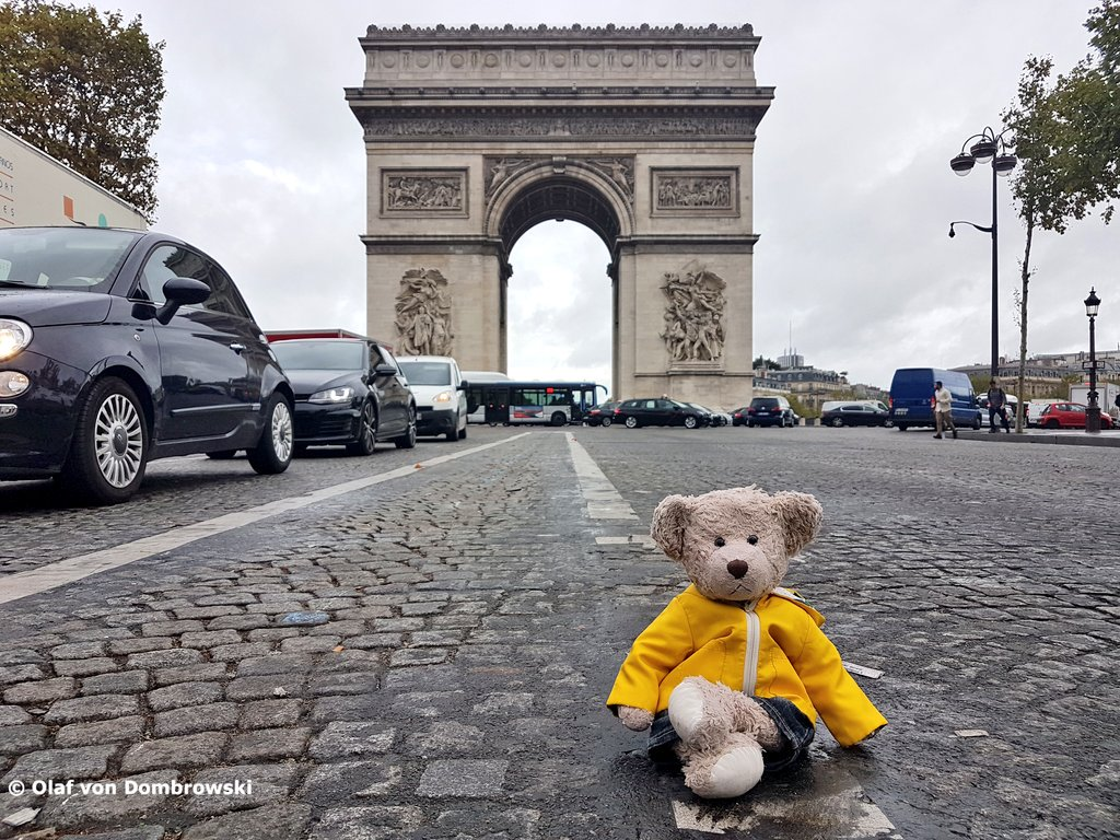 All these cars next to me... was a bit nervous when having my photo at #ArcDeTriomphe #ChampsElysees #Paris the other day <br>http://pic.twitter.com/vVACtRkro8