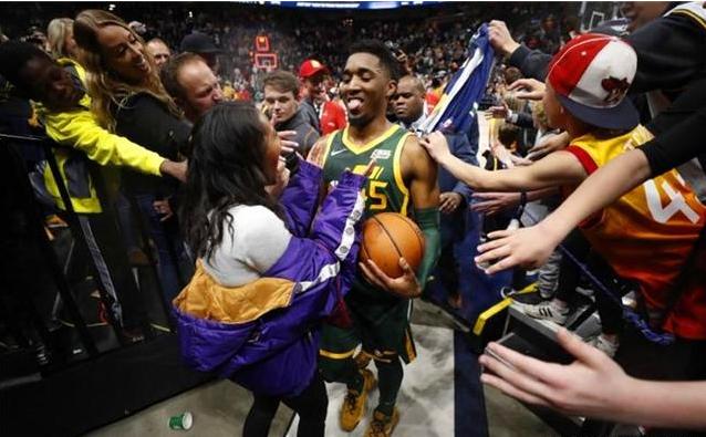 他曾一度懷疑自己是否能打NBA,如今卻成了建隊基石,還追到美女經理!-籃球圈
