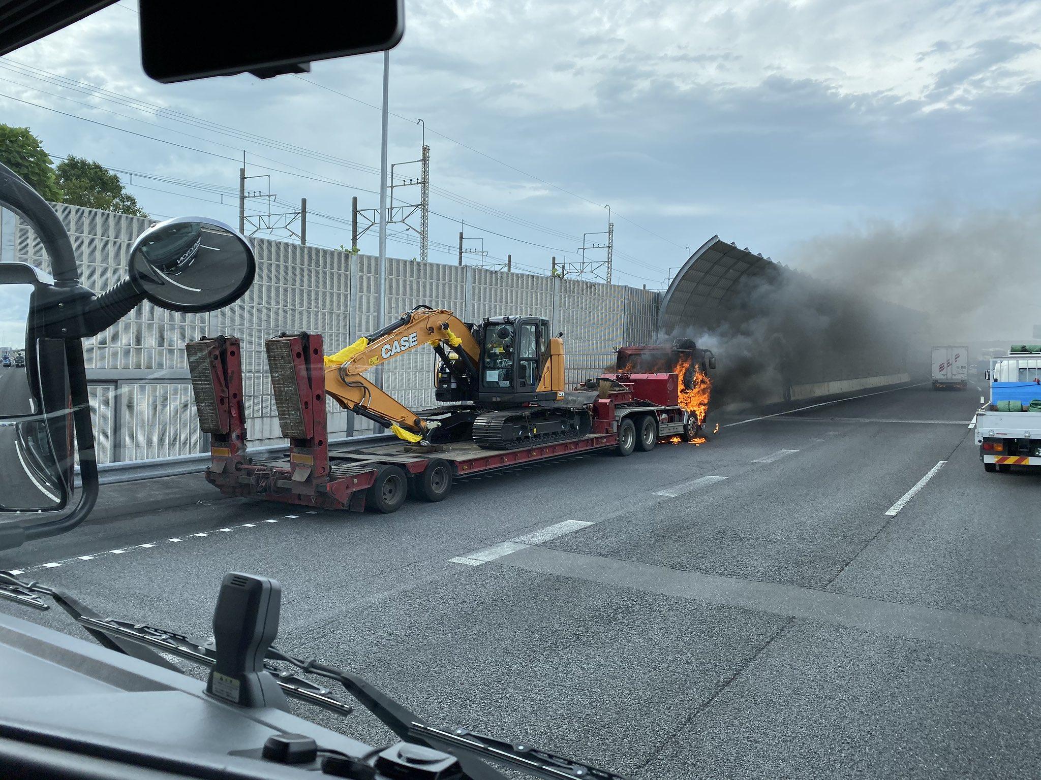 東関道の大型トレーラーの火災の現場画像