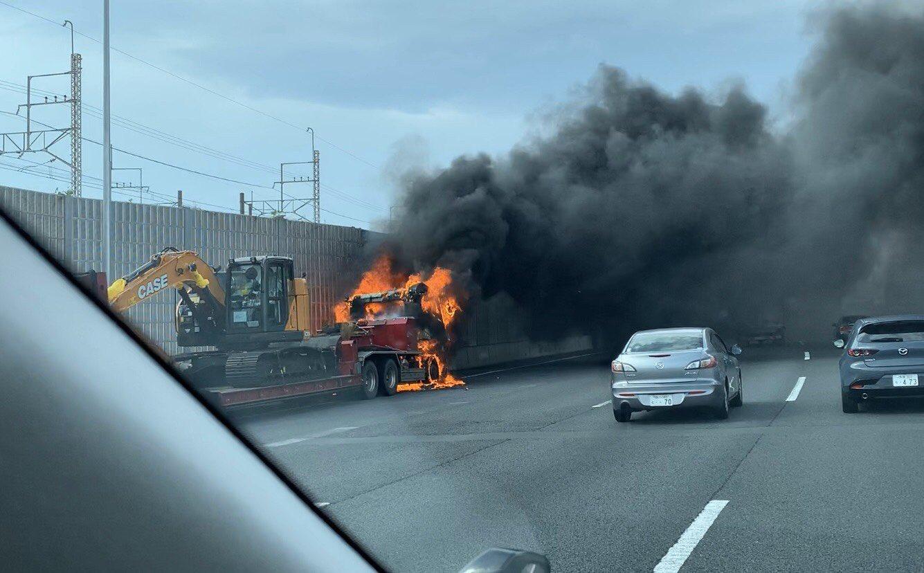 東関道の谷津船橋ICでトレーラーの車両火災が起きた現場の画像