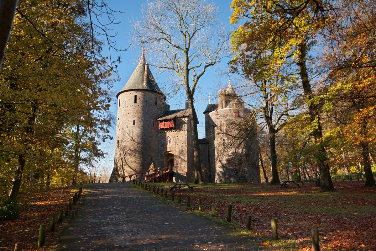 🍂 Castell Coch rises up from the ancient beech woods of Fforest Fawr like a vision from a fairytale. Yet these great towers with their unmistakable conical roofs only hint at the splendour within | @cadwwales Discover more 👉 ow.ly/CagR50wFpZA