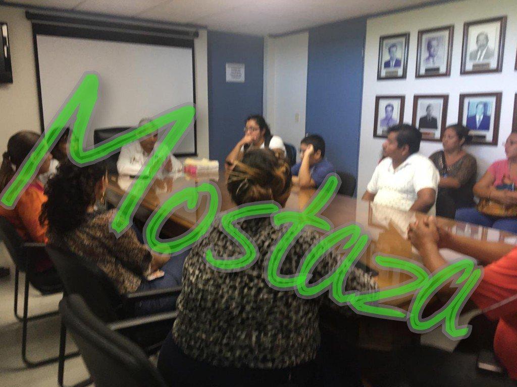 En reunión, el director de #HAEV confirmó desabasto de medicamento vincristina para niños enfermos de cáncer, algunos serán atendidos en @ISSSTE_mx. Los padres no quedaron contentos con la plática. @FYunesMarquez apareció a las afueras y dijo @AyuntamientoVer comprará la campana.