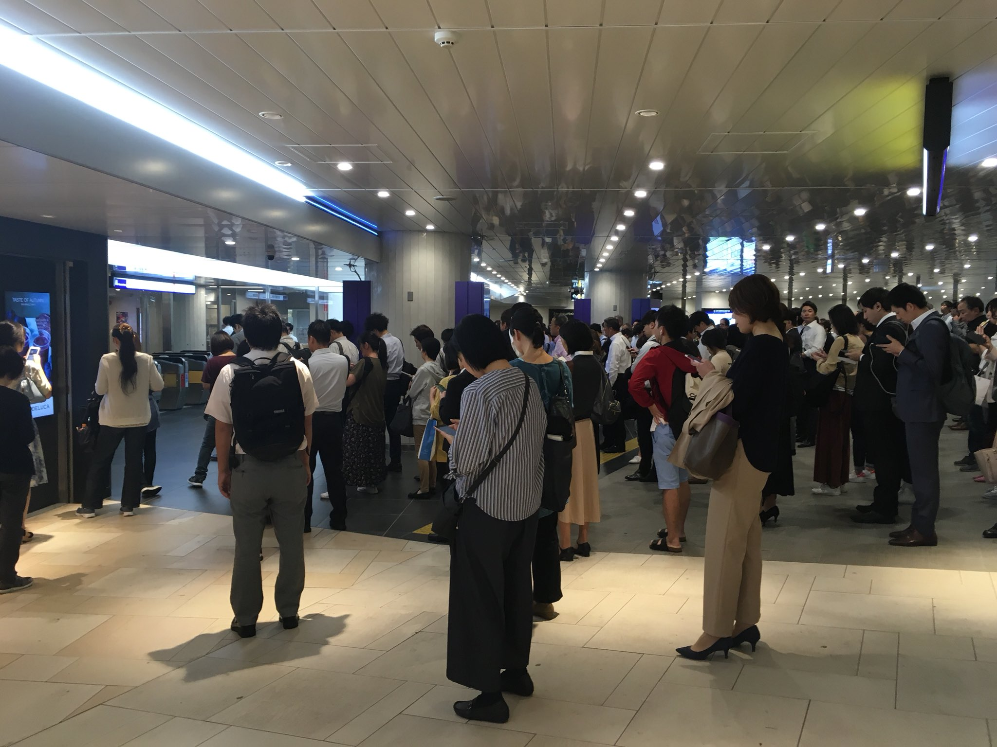 画像,御堂筋線人身で新大阪駅の改札規制でパニり始めてる https://t.co/lT9Pi0iqbW。