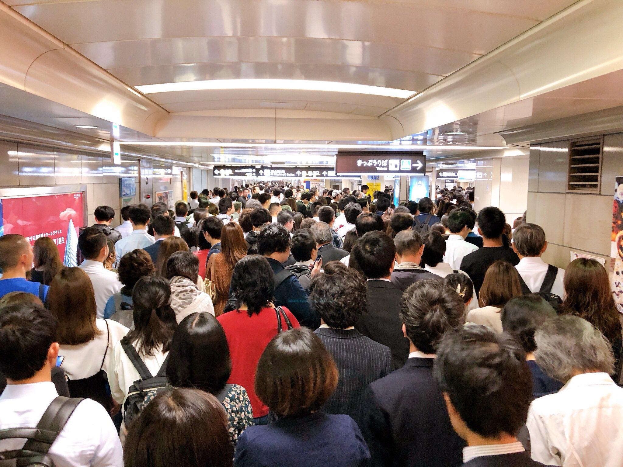 画像,御堂筋線で人身事故があったらしく四ツ橋線の西梅田駅に人が流れまくってヤベーことになってる。。。#梅田#御堂筋線#人身事故#西梅田駅 https://t.co/w…