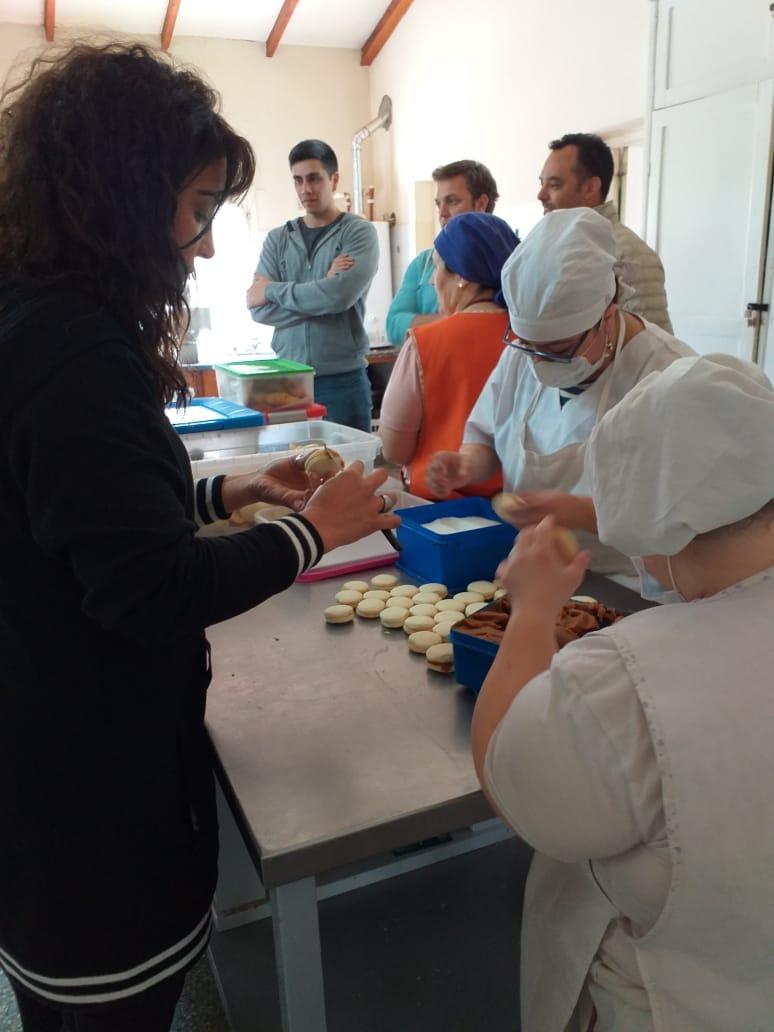 Asociación Pan y Esperanza de #Esquel 🍞👩🍳. Charlamos con Susana, sobre la producción y venta de la panadería, elaborados por sus integrantes. Asique, manos a la obra!  Nos arremangamos y a ayudar.. Un orgullo para la comunidad! 👏 #DISCAPACIDAD #INCLUSION #INTEGRACIÓN https://t.co/8YqqxXi6MP