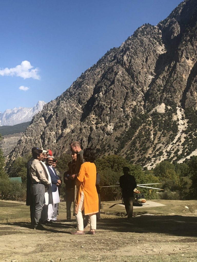 After seeing a retreating glacier (pictures to follow) William & Kate visited a village where houses and farmland were destroyed in a 2015 flash flood. The villagers are some of the nicest people you could meet #RoyalsVisitPakistan 🇵🇰