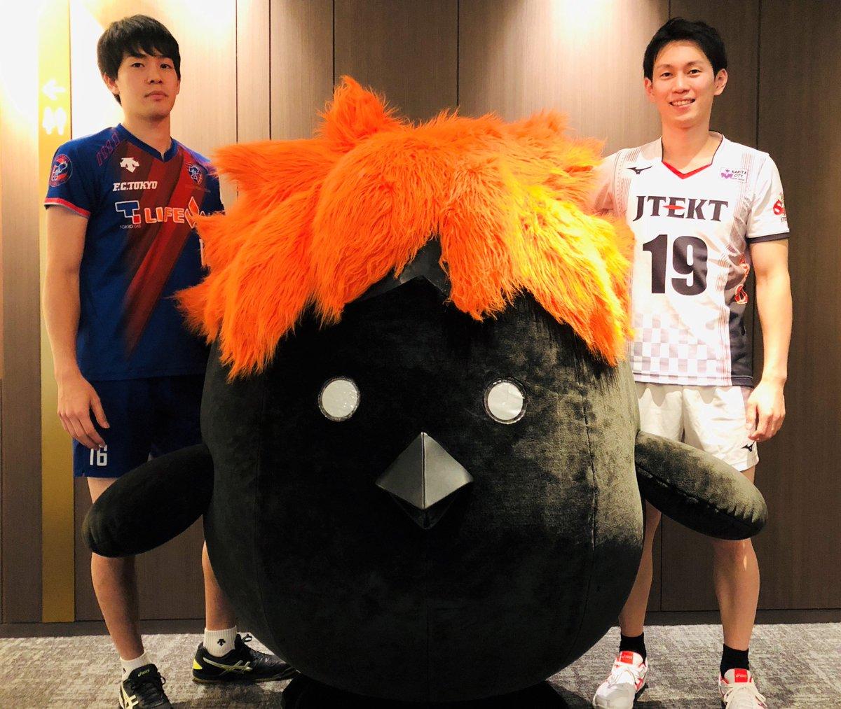 【ハイキュー!!×V.LEAGUE】本日のV1男子開幕記者会見ではヒナガラスも登場!日向とのコラボビジュアル対象のジェイテクトSTINGS・浅野博亮選手、影山とのコラボビジュアル対象のFC東京・手原紳選手、そしてVリーグオフィシャルマスコットキャラクターのブイリーとも記念撮影を!!#hq_anime #vleague