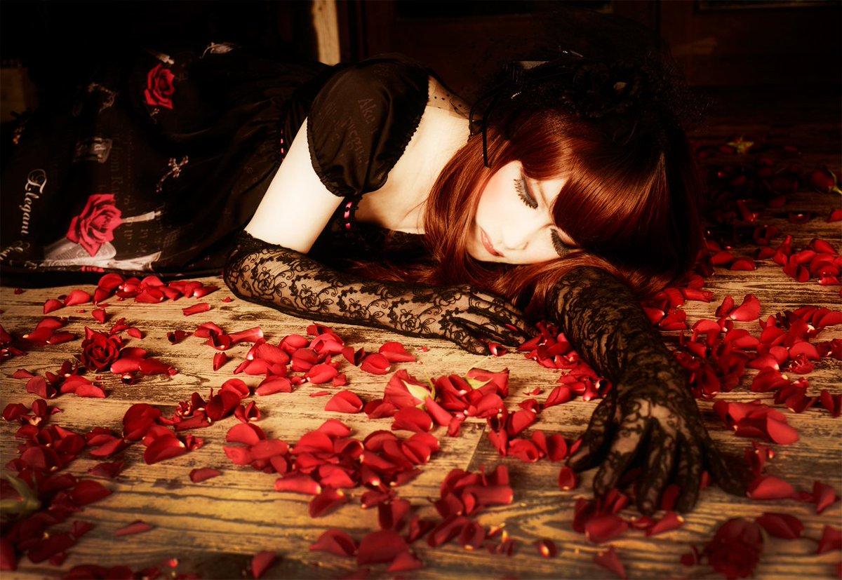 貴方は好きなものを手放してはいけない時代は常に変わりゆくけど、無理に変わる必要はないそれは貴方でなくなるからElegant Gothic Lolita Aristocrat Vampire Romanceこの世界がある限り私は貴方の傍にいる永遠に薔薇の棘で血に塗れながら…Mana
