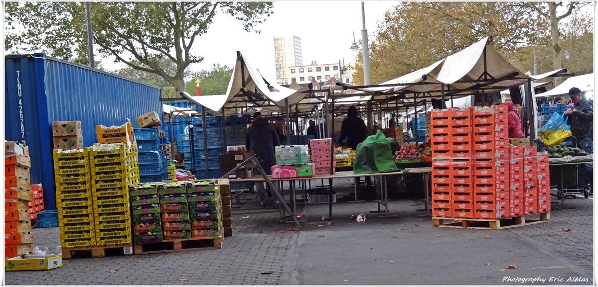 """Goeie morgen Volgers het is woensdag 09 oktober 2019. Vandaag is er de gezellige weekmarkt op het Afrikaanderplein op Rotterdam Zuid. """"Op de markt is uw gulden een daalder waard"""" (De markt is goedkoper dan de winkel) Fijne Dag & Groet van Eric. #goeiemorgen #Markt #boodschappen"""