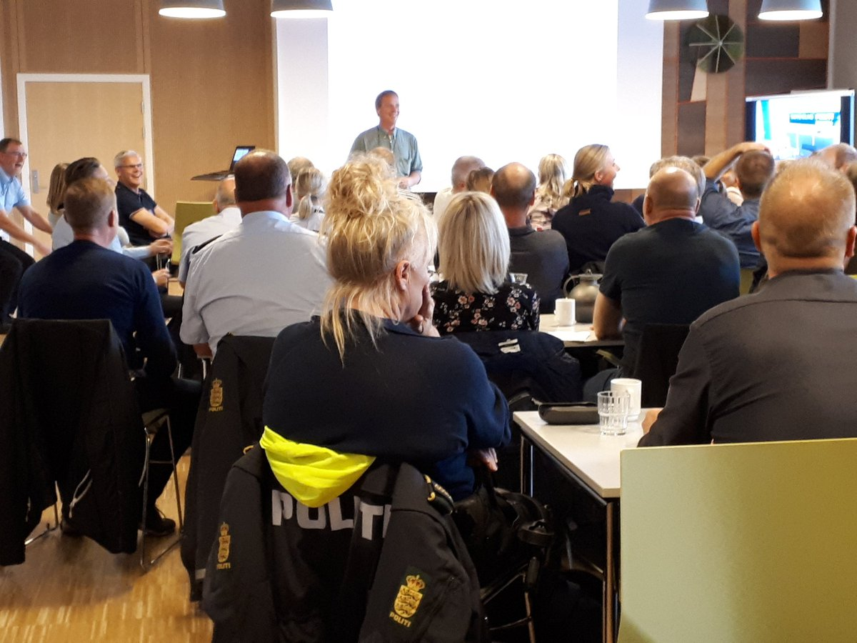 Omkring 80 betjente med speciale i dyreværnssager er i dag samlet i Esbjerg for at lære nyt og dele erfaringer. De kommer fra hele landet, og engagementet er stort #politidk #dyr #dyreværn https://t.co/3VXhZ8TXS5