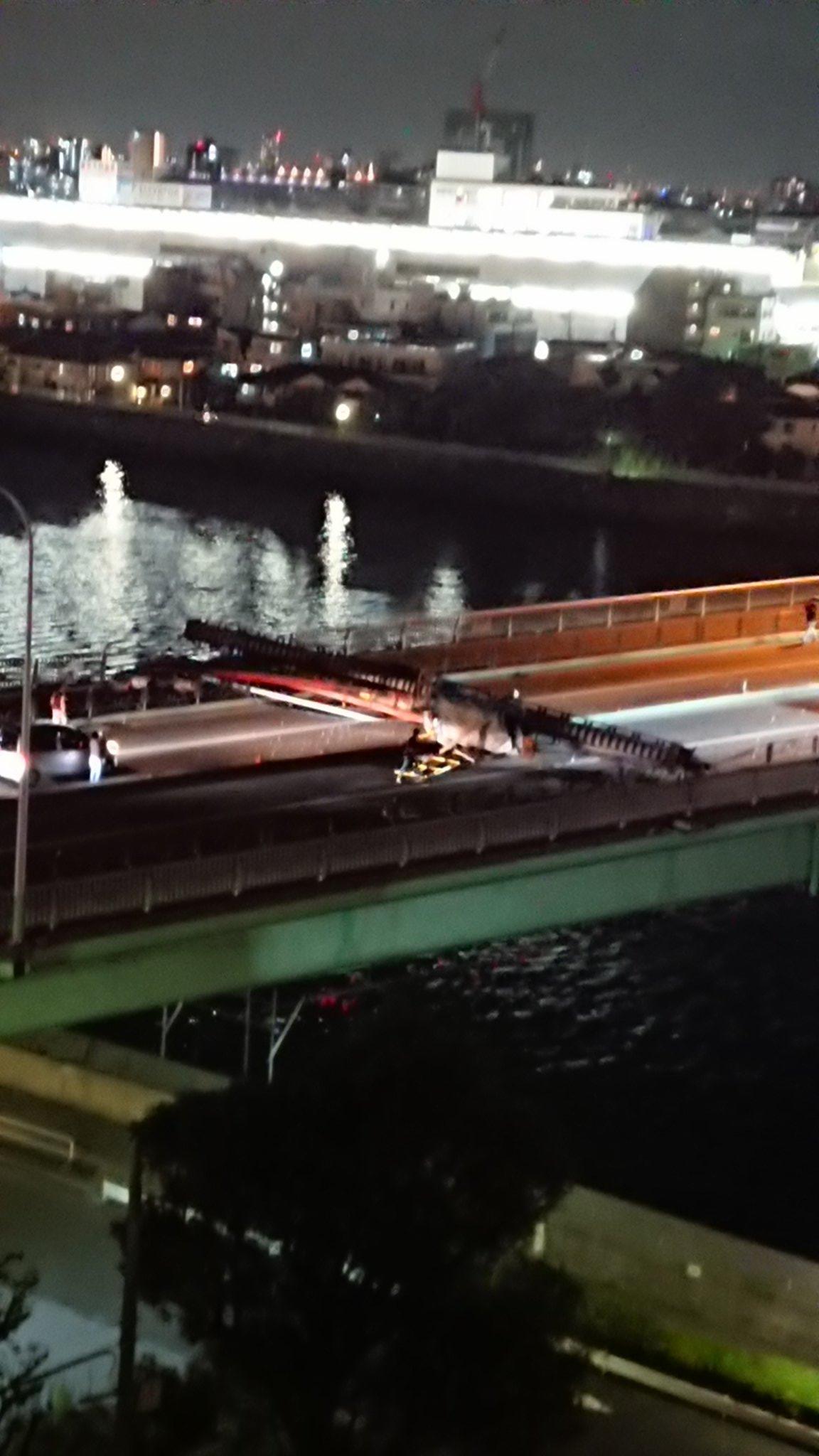 画像,環七 青砥橋でクレーンが倒れて通行出来なくなってます川作業中のクレーン様です https://t.co/QYMxLphJdF…