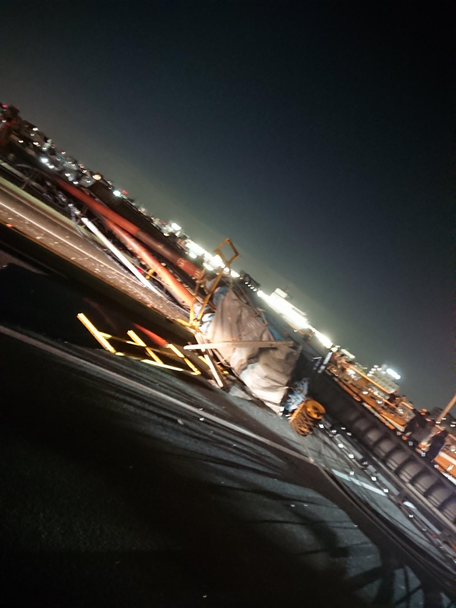 青砥橋にクレーンが倒れ道路を塞いでいる現場画像