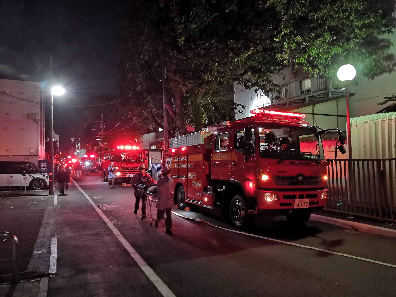 北海学園大学の異臭騒ぎで消防車が集結している現場の画像