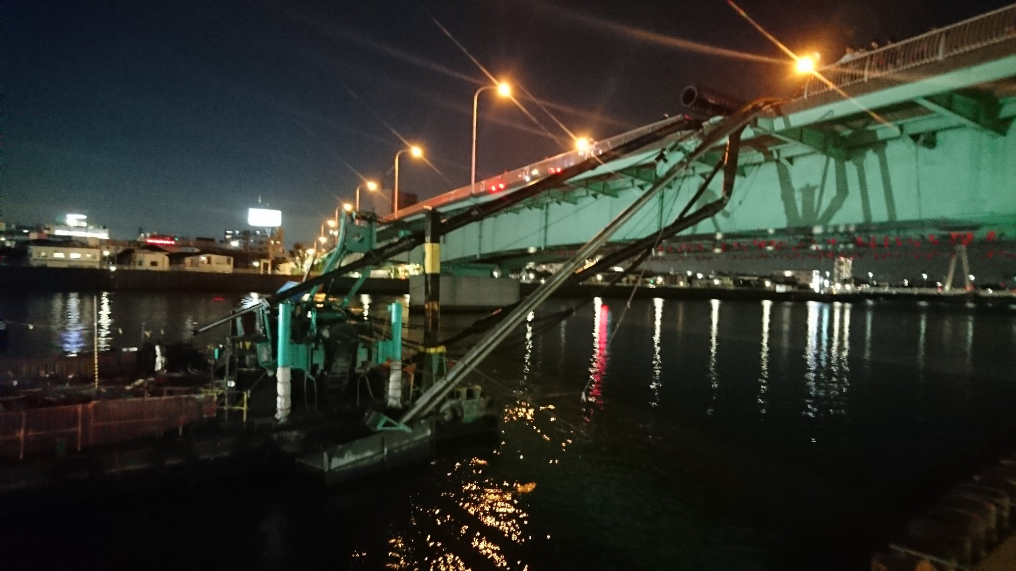 環状七号線の青砥橋でクレーンが倒れる事故の現場画像