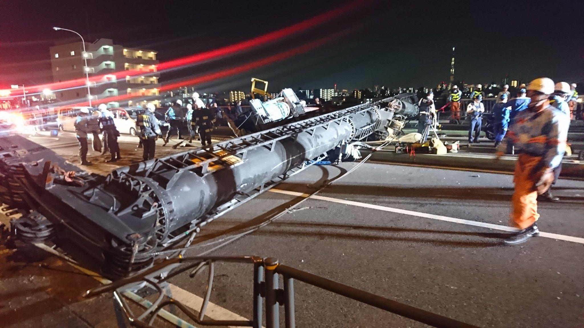 青砥橋でクレーンが倒れ車やバイクが巻き込まれた事故現場の画像