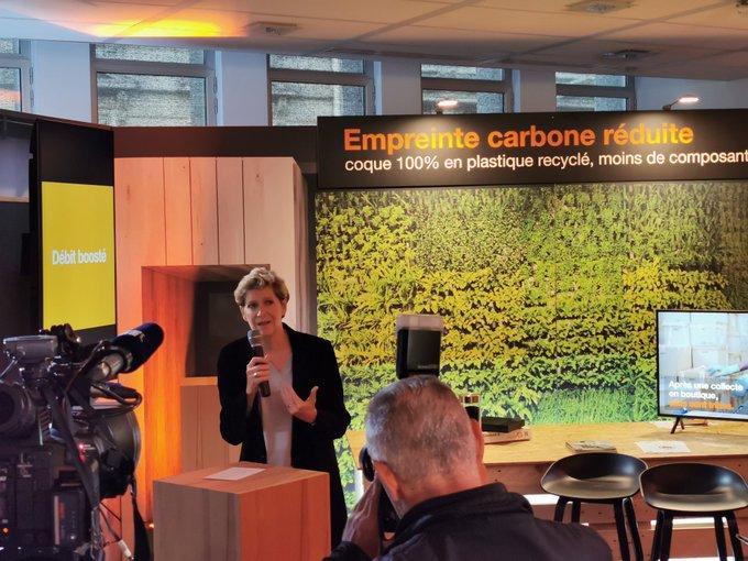 Fabienne Dulac, microphone à la main expliquant les efforts réalisés par Orange sur l'écologie.