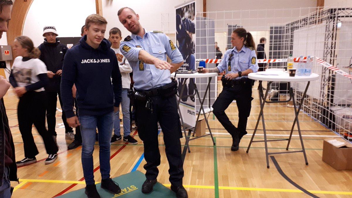 Så er uddannelsesmessen i Tønderhallerne i fuld gang. Politiets stand er vel besøgt og mange nysgerrige unge mennesker prøver kræfter med nogle af de fysiske krav.  #politidk https://t.co/mGjZcWcfMb