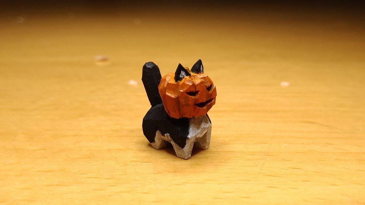 ジャックランタンの仮装をする猫の木彫り作りました。小さいです。2cmくらい。